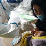 """Siedem chińskich prowincji wchodzi w """"tryb wojenny"""" po wybuchu epidemii COVID-19"""